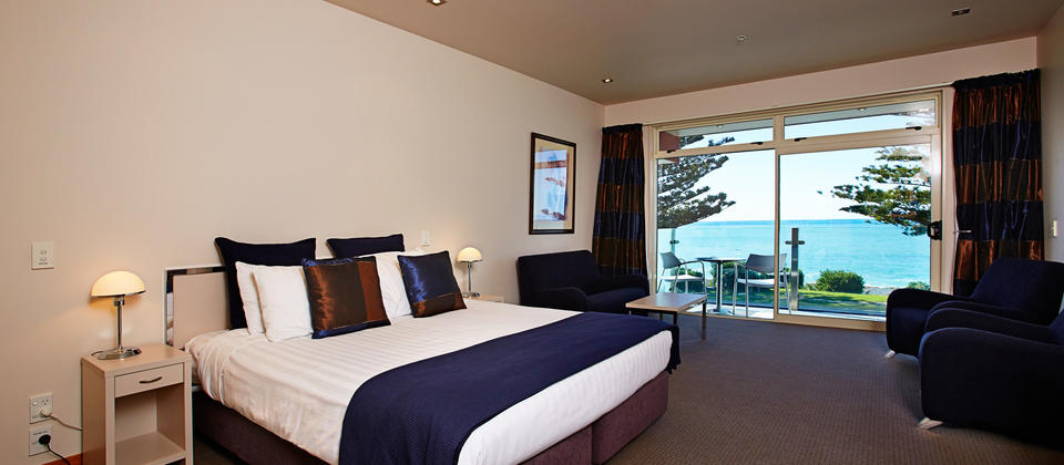 Premium Studio - 5 star accommodation. Views out to the Pacific Ocean and Kaikoura ranges.