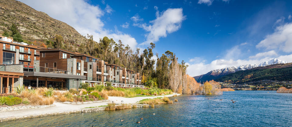 Set in the heart of the bustling Kawarau Village and boasting a unique position directly on the tranquil blue shores of the Lake and in the heart of Kawarau Village, the luxurious Hilton Queenstown hotel features a majestic mountain backdrop and provides