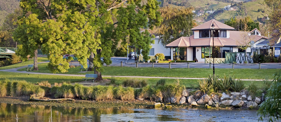 Riverside Villa - Nelson Holiday Home