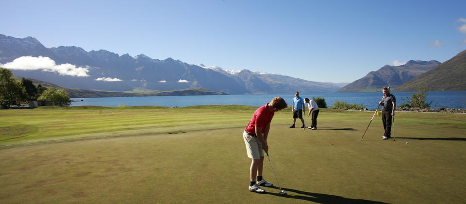 The 4th green with Lake Wakatipu in the background