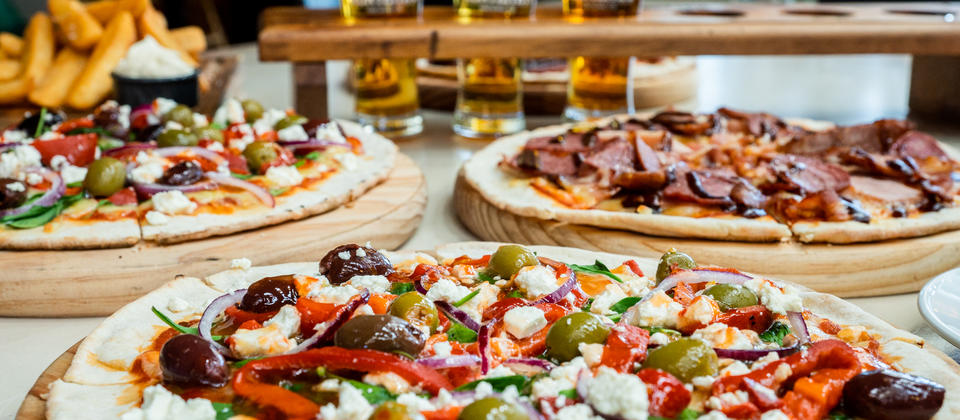 Crowd-pleaser food avialable like pizzas and chips to go with your refreshing beers or just a coffee