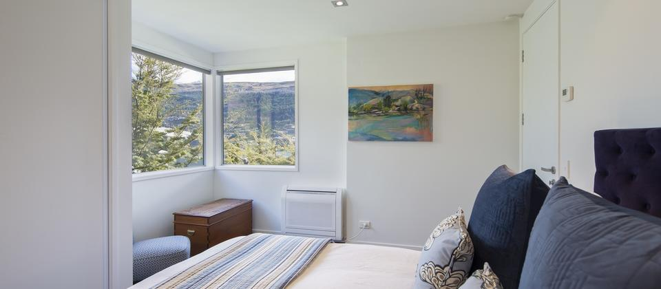 Sunnyside-Vista-Queenstown-accommodation-master-bedroom.jpg