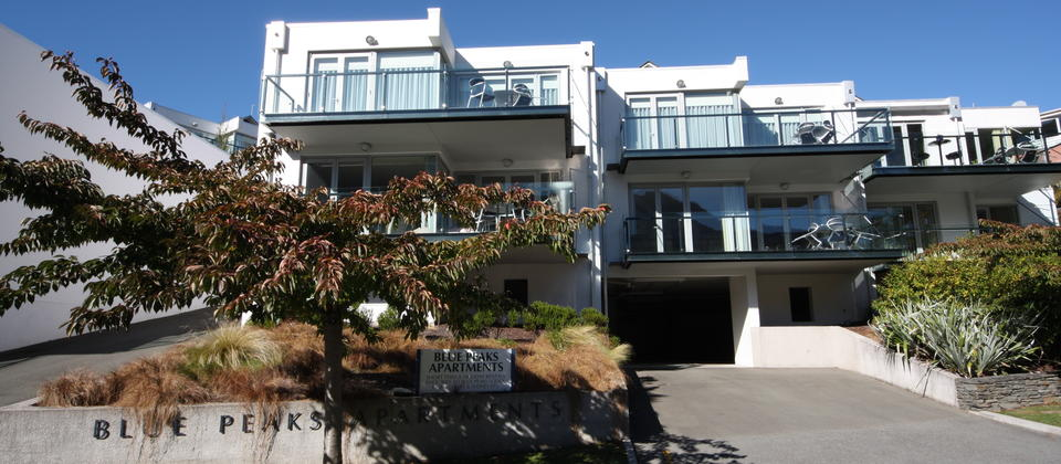 Located on a quiet, tree lined street only a 5 minute stroll from downtown Queenstown and just across the road from the beautiful Queenstown Gardens.