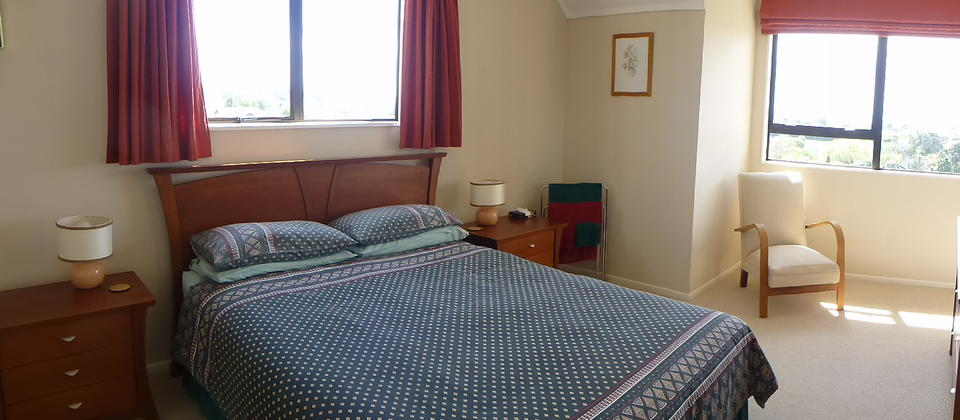 Mangorei Room, with queen bed, electric blanket, portable heater also mountain and city views.