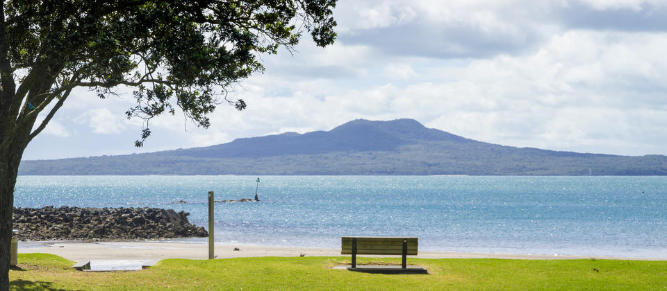 Beachfront Views to Rangitoto