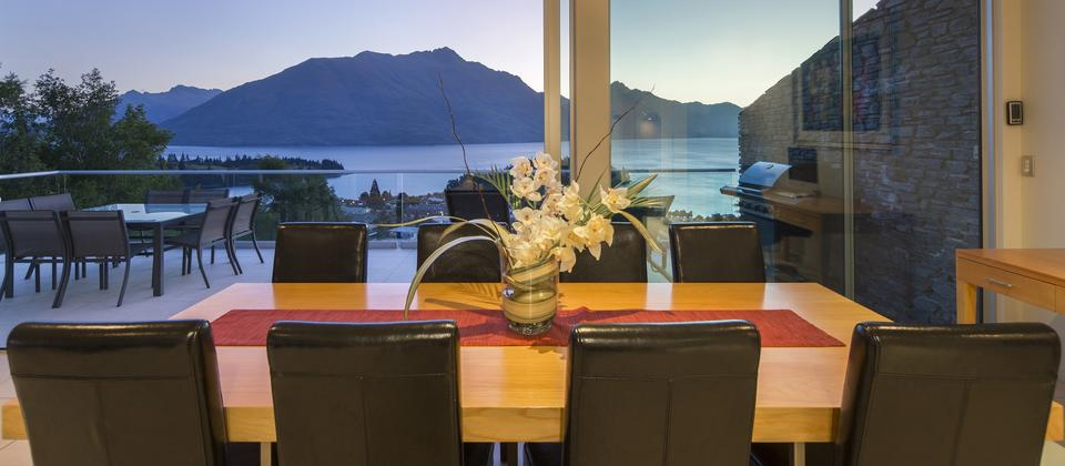 Queenstown-dining-with-a-view-at-Queenscliff-villa.jpg