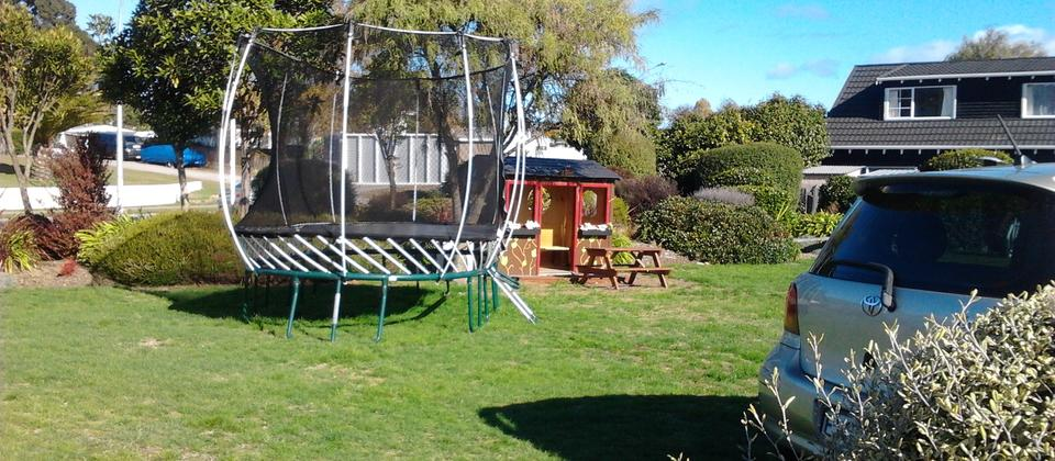 Family friendly motel - Spring free trampoline and playhouse, swimming pool and bikes for hire.