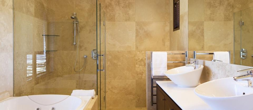 Spacious ensuite at Tin Tub Luxury Lodge