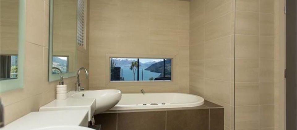 Luxury en-suite with bathtub