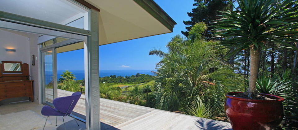 luxury-holiday-houses-villas-apartments-new-zealand-waiheke-island-sue-s-1st-house-109.32633.904x505.jpg