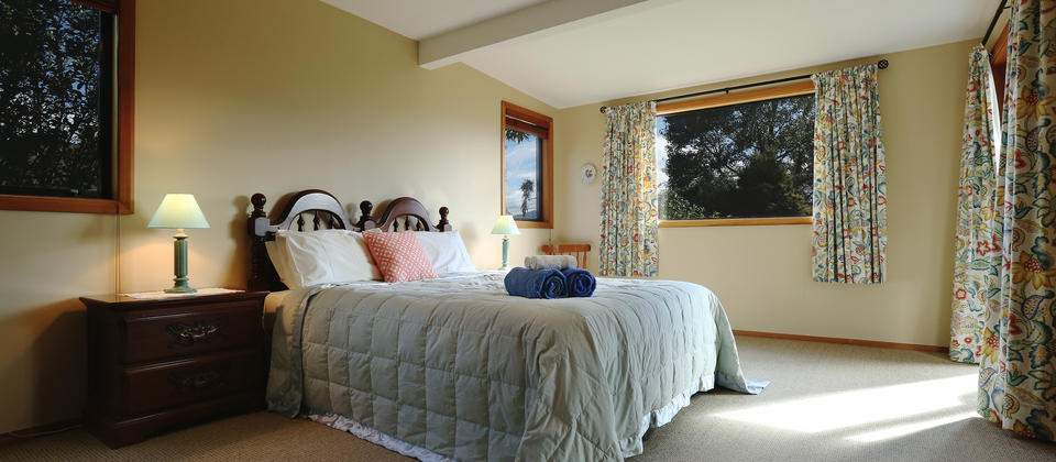 Large bedroom, views of garden and mountains, Spa bath & Shower, Small lounge area. Detached from main Lodge.