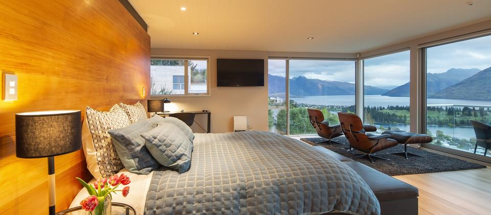 Queenstown-Hill-accommodation-impressive-master-bedroom-at-Panorama-on-the-Terrace.jpg