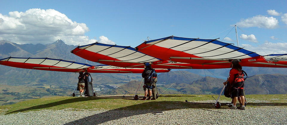 A busy hang gliding day at Coronet Peak