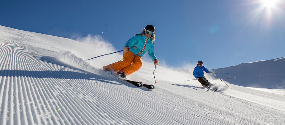 Ski di gunung salju