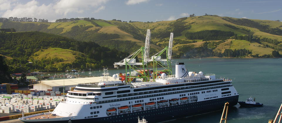 Departure of a cruise ship at Port Chalmers.
