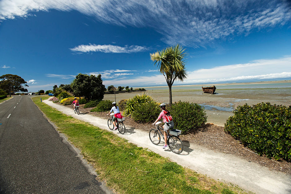 On the Great Taste Trail take in panoramic views of Tasman Bay, Waimea Estuary, and mountains in the Western Ranges.