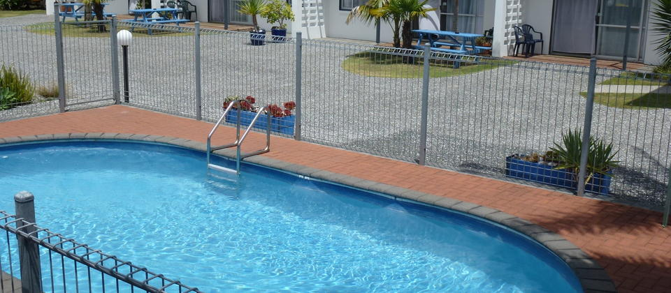 Mana-Nui Motel Two bedroom family units looking over pool. Whitianga accommodation.