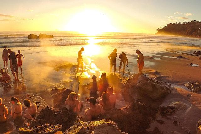 Resultado de imagem para hot water beach nova zelândia